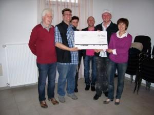 Spendenübergabe mit dem Künstlerteam. Unsere Vorstandsvorsitzende Ulrike Freiseis nahm den Scheck entgegen.