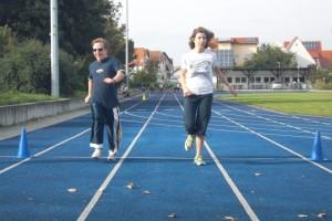Die SMILIES Alina und Jonas haben mit ihren Kameraden schon häufig auf dem blauen TSV-Platz trainiert.