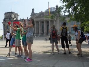 Erst mal ein paar Schnappschüsse vor dem Bundestag.