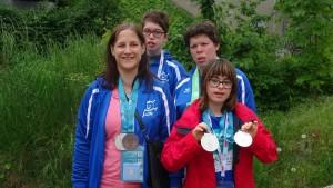 Unsere Schwimmerinnen mit ihren Medaillen.