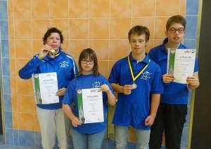 Katrin, Nicole, Noah und Melanie zeigen stolz ihre  Medaillen und Urkunden.